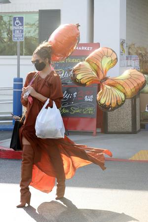 Фото №1 - Крисси Тейген в платье и сапогах самого актуального цвета месяца
