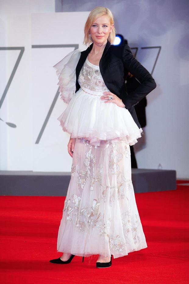 Фото №3 - Прозрачное кружево, которое «прорастает» сквозь жакет: Кейт Бланшетт в свадебном образе на Венецианском кинофестивале