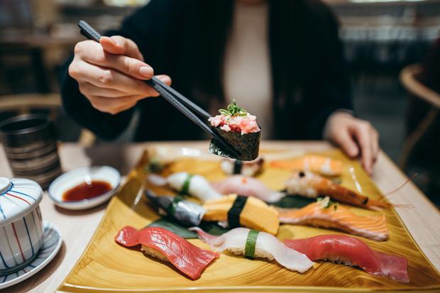 Правила столового этикета: как держать нож, вилку, как есть блюда, что говорить, как себя вести