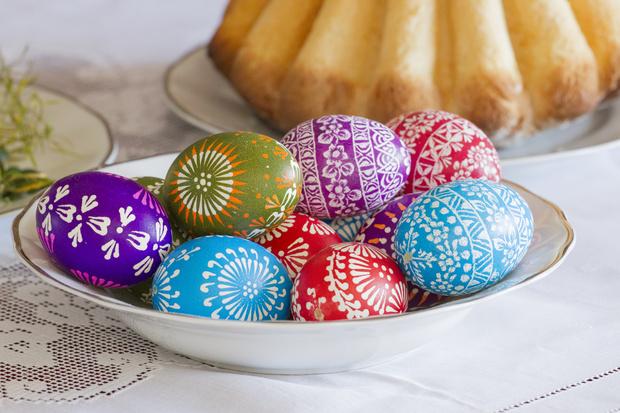Фото №1 - В какие цвета нельзя красить яйца на Пасху: объясняет священник