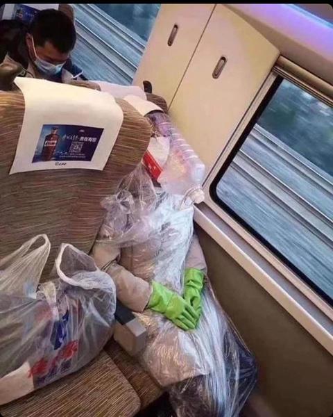 Фото №43 - Как люди ездят в метро во время пандемии: 40 уморительных фото
