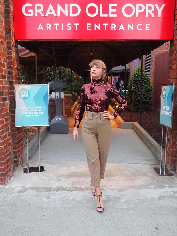 Фото №2 - Водолазка как новый вечерний дресс-код: Тейлор Свифт на вручении премии Академии кантри-музыки