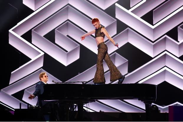 Фото №1 - Дуа Липа в чулках и Билли Портер в платье стали главными звездами на Brit Awards-2021