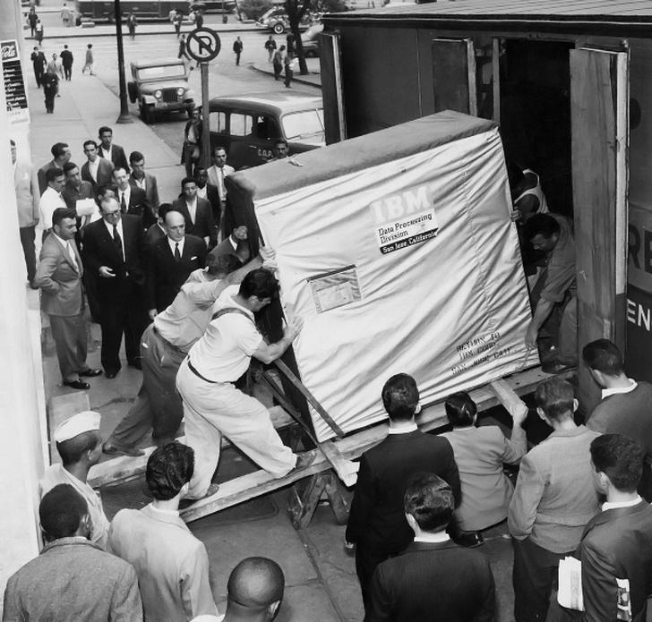Фото №1 - История одной фотографии: грузчики поднимают жесткий диск компьютера, 1956