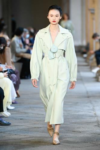 Фото №50 - Идеально скроенные пальто, самые стильные тренчи и брючные костюмы на показе Max Mara
