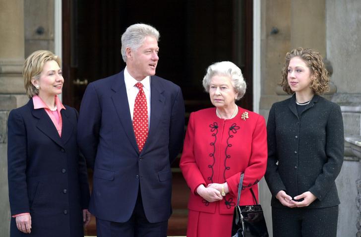 Фото №15 - От модных провалов до побед: как Первые леди одевались на встречи с Королевой