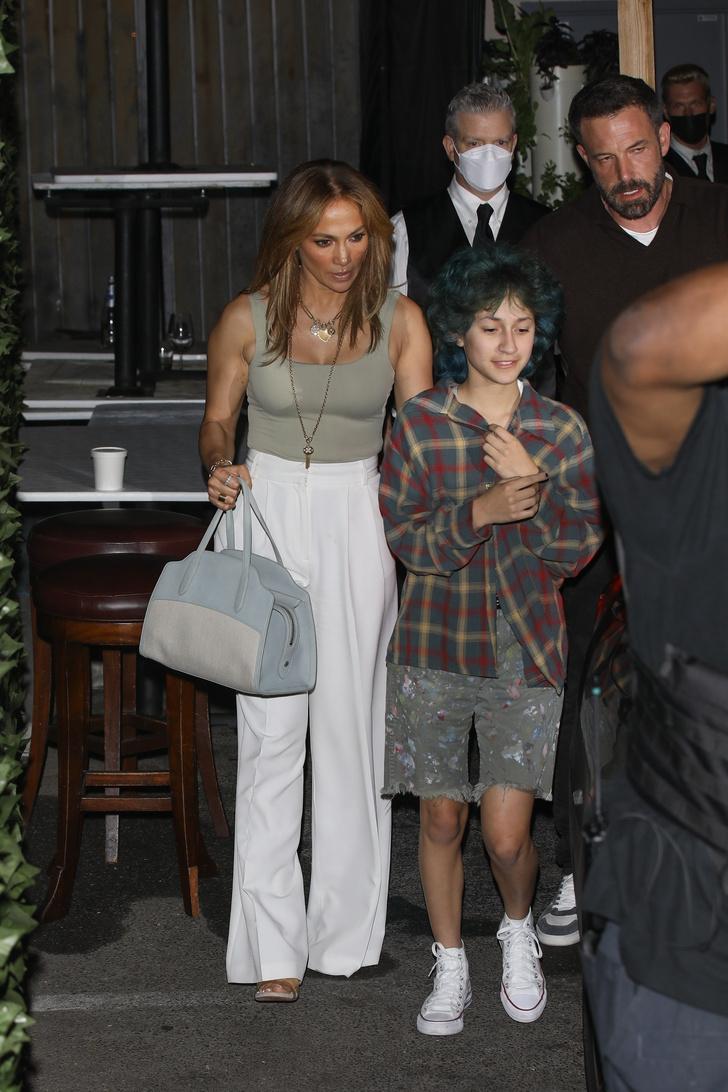 Фото №3 - Само совершенство: Дженнифер Лопес в белоснежных брюках в пол, которые визуально стройнят