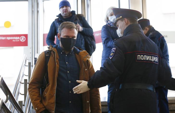 Фото №1 - Штрафы, отстранение от работы, отказ в медпомощи— как власти в России стимулируют к вакцинации