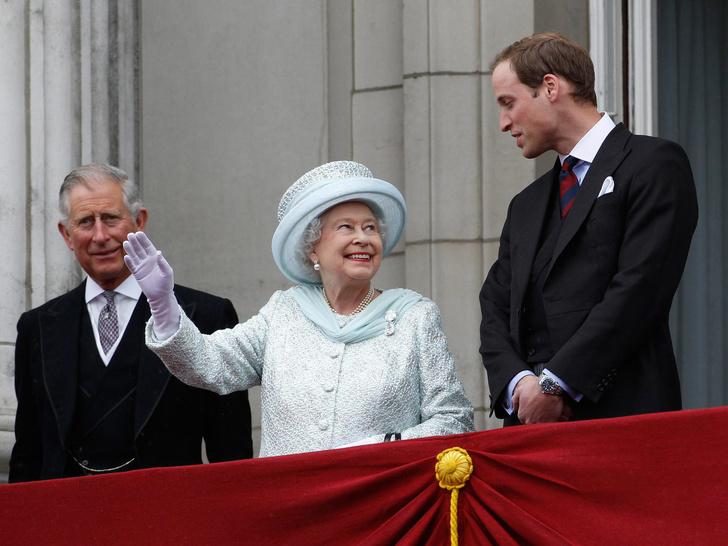 Фото №2 - Секреты короны: могла ли Королева тайно «убрать» Чарльза из линии престолонаследия