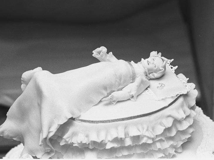 Фото №7 - Особенная сладость: самые красивые торты на королевских крестинах