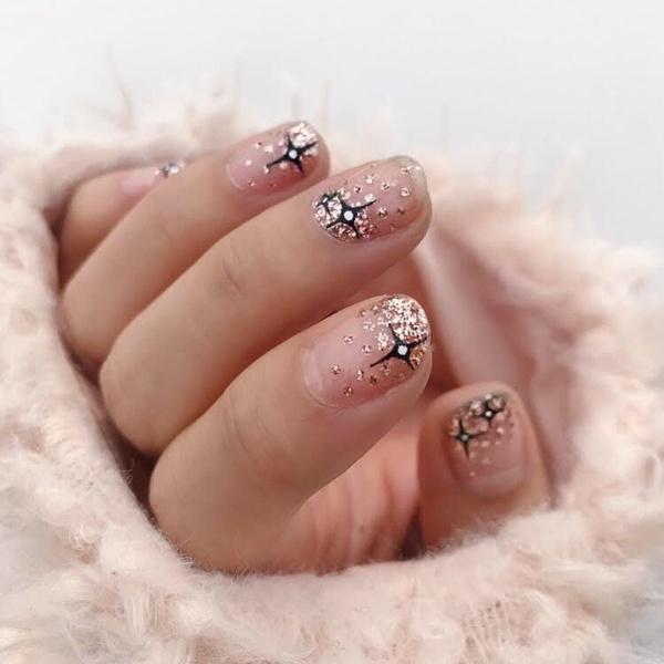 Фото №23 - Розовое золото: 39 стильных и модных идей нарядного маникюра