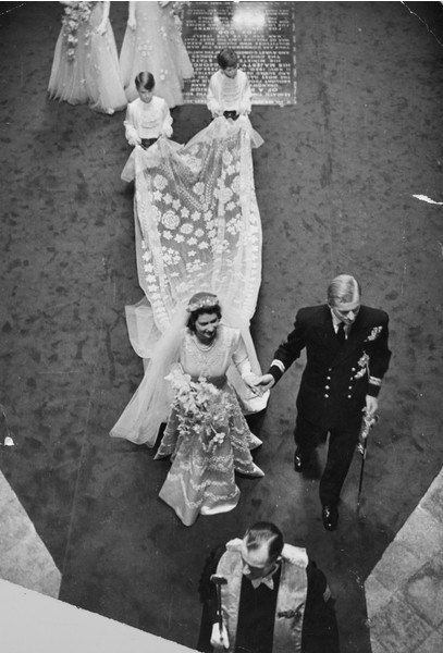 Фото №5 - Самые знаменитые свадебные платья Виндзоров: неудачные, смелые и даже бодипозитивные