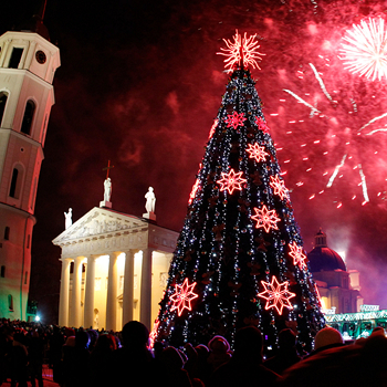 Рождественская елка на Кафедральной площади Вильнюса, которую украшают украшают поделки литовских школьников.