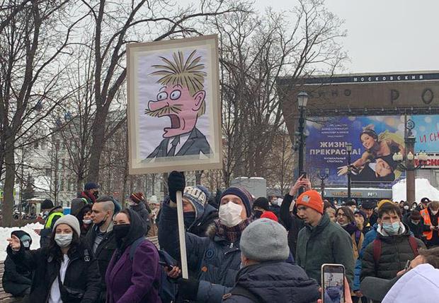 Фото №1 - Снежки, печеньки, хороводы и избиения: как в России прошли митинги в поддержку Навального