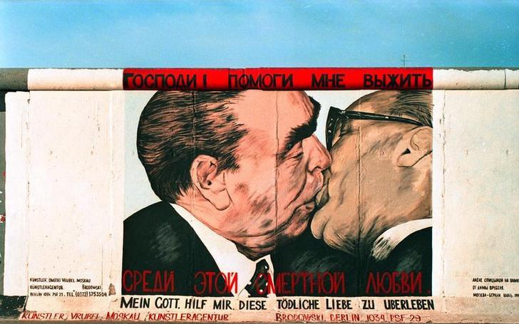 Фото №2 - История одной фотографии: поцелуй Брежнева и Хонеккера