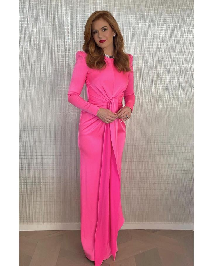 Фото №1 - Хит сезона: Айла Фишер в ярко-розовом платье Alex Perry на церемонии «Золотой глобус— 2021»