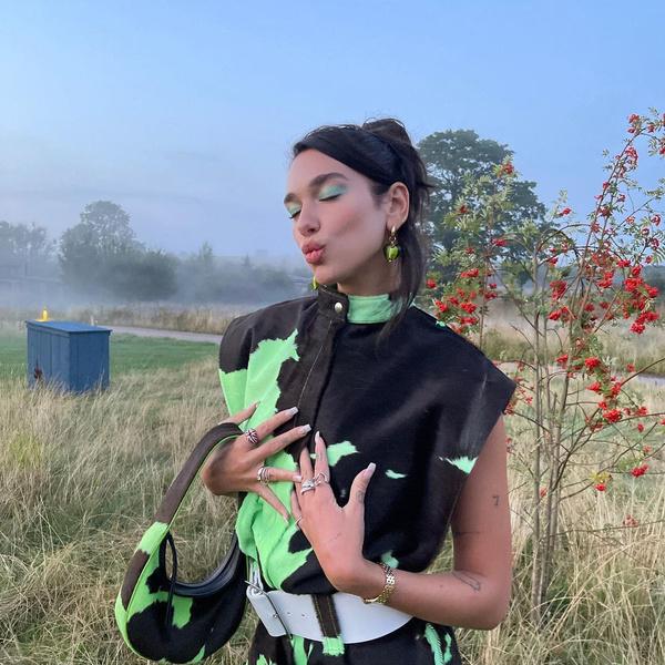 Фото №1 - Зеленые тени и высокий пучок: Дуа Липа показала трендовый образ для осенних прогулок