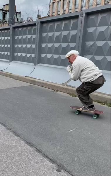 Фото №2 - «Игорю 73 года. Он катается на скейте с 1981-го!»: Пожилой скейтбордист добавляет улыбок серому дню