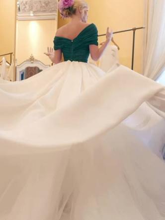 Фото №15 - Королевский размах: шесть свадебных платьев леди Китти Спенсер
