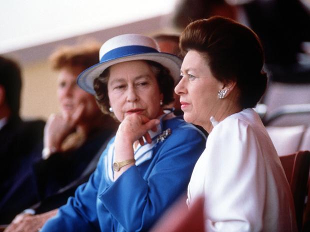 Фото №1 - Сестринская любовь: как Королева помогла принцессе Маргарет пройти через тяжелый развод