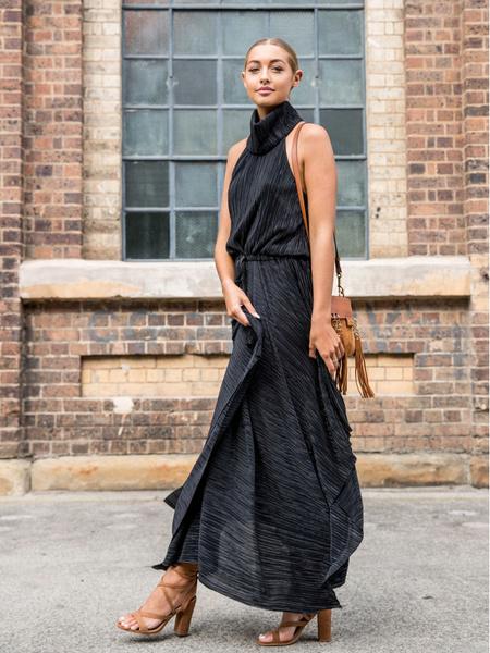 Стильные платья 2021. Мастхэвы сезона 2021. Актуальное платье. Модное платье с поясом. Стильное платье тоталблэк.