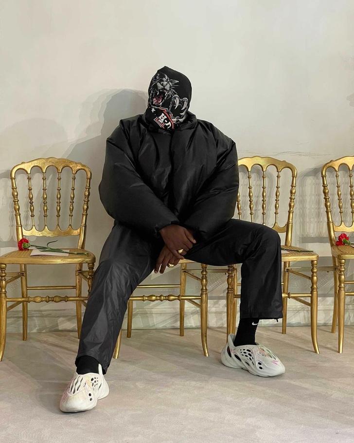 Фото №1 - Канье Уэст с закрытым лицом и в пуховике— самый обсуждаемый гость на показе Balenciaga