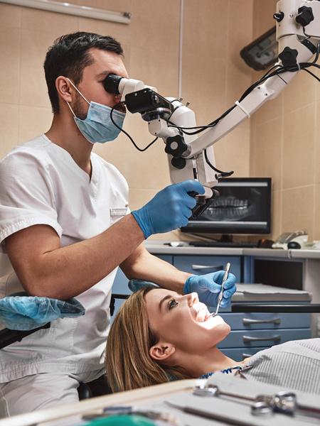 чистка зубов под микроскопом каналов зуба