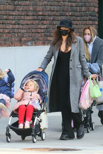 Фото №2 - Самая модная мама Нью-Йорка: Ирина Шейк на прогулке с дочкой