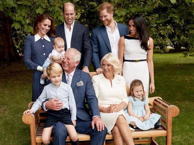Фото №21 - Самые трогательные фотографии королевских бабушек и дедушек с внуками