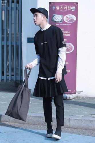 Фото №7 - Фанаты в восторге: Чимин из BTS надел юбку, забив на гендерные стереотипы 💜