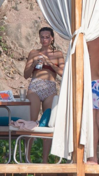 Фото №3 - Без фотошопа и в «бабулиных» трусах: Марго Робби засняли на пляже