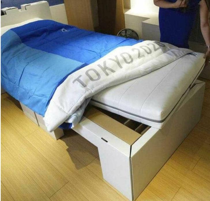 Фото №1 - Спортсмены проверили на прочность «антисекс-кровати» в Токио (видео прилагается)