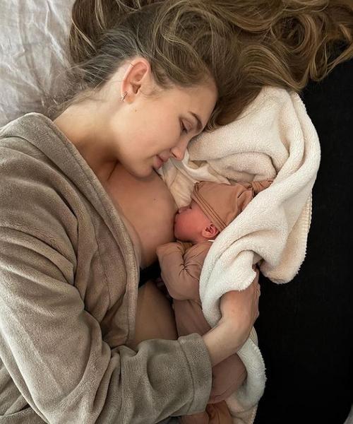 Фото №1 - Беби-бум: 105 звезд, которые стали родителями в 2020 году