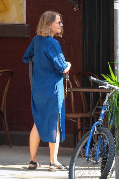 Фото №3 - 58-летняя Джоди Фостер без макияжа и в простой одежде выглядит вдвое моложе