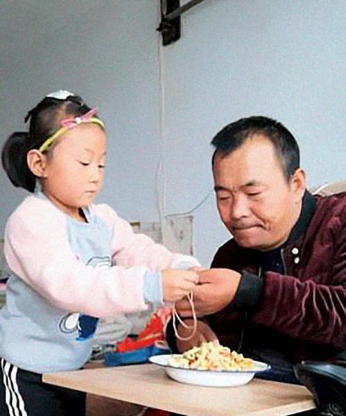 Фото №2 - 6-летняя девочка в одиночку ухаживает за отцом-паралитиком