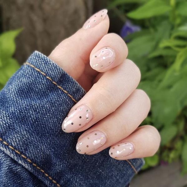 Фото №4 - Нюдовый маникюр на лето: красим ногти как Лана Кондор и не только
