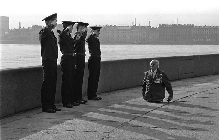 Фото №1 - История одной фотографии: моряки отдают честь безногому ветерану Великой Отечественной войны
