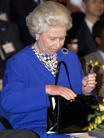 Фото №6 - Модный протокол: почему королевские особы носят сумки только в руках