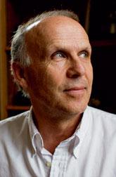 Ричард Рэнгем, британский приматолог и антрополог, профессор Гарвардского университета (США). Сорок лет изучал шимпанзе в Африке, стремясь узнать, что их поведение может рассказать о доисторических людях. Автор десятка книг об эволюции.