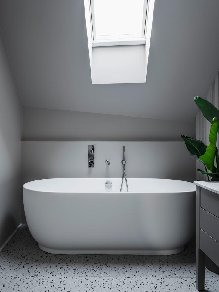 <p>Ванная комната при главной спальне. Ванна и тумба для раковины из коллекции Luv, дизайн Сесилии Манц, Duravit. Смеситель, Zuccetti. На полу&nbsp;— керамогранит 14 Ora Italiana.</p>
