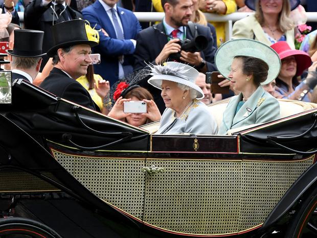 Фото №2 - Ожидания и реальность: чем королевская семья удивила второго мужа принцессы Анны