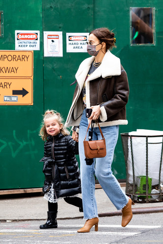 Фото №2 - Футболка с Бритни и самая модная сумка весны: Ирина Шейк в Нью-Йорке