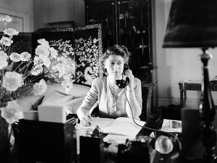 Фото №2 - Забавная причина, почему Королева не пользуется мобильным телефоном