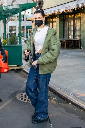 Фото №2 - Дуа Липа носит кроп-топы круглый год, но в декабре сочетает их с пуховиком
