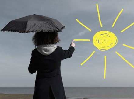 Женщина рисует солнце