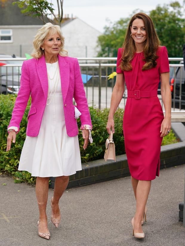 Фото №2 - Будущие королевы выбирают розовый: Кейт Миддлтон в безупречном платье на встрече с Джилл Байден