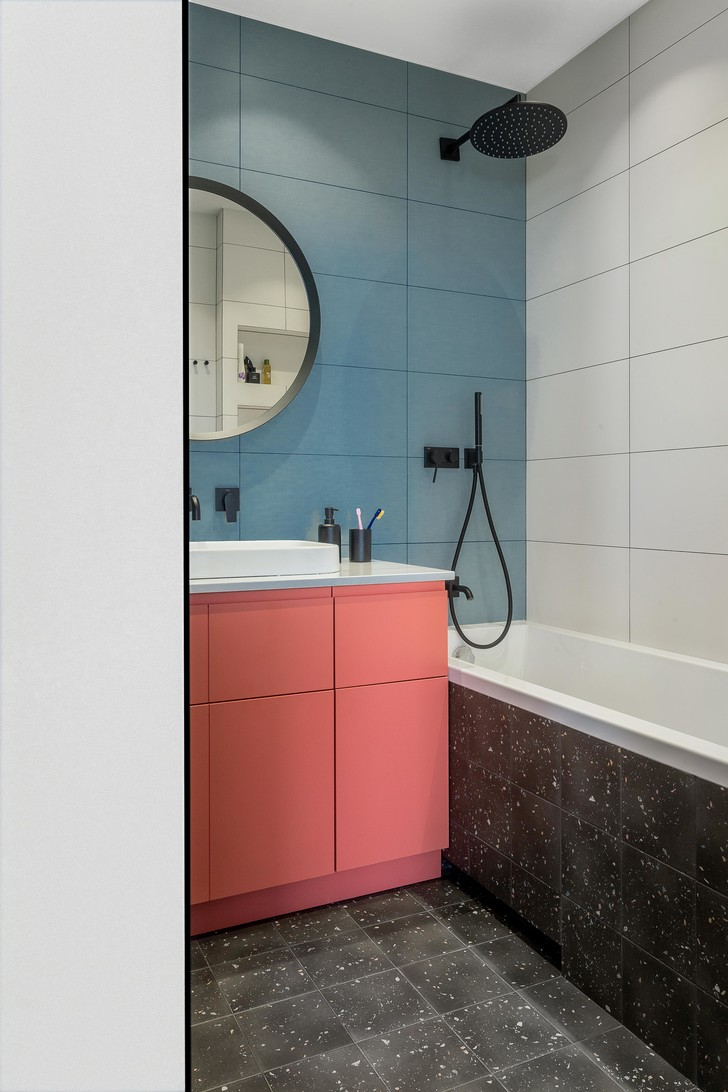 Фото №9 - Яркая квартира с «клубным» туалетом в Минске