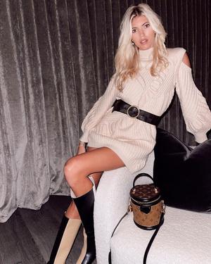Фото №1 - Какие платья носить зимой, а главное— с чем? На оба вопроса отвечает Девон Виндзор