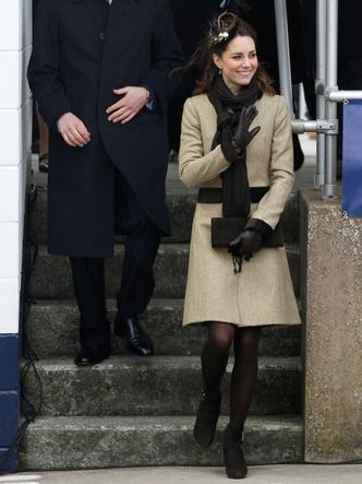 Фото №14 - До свадьбы и стилиста: какими были официальные выходы Кейт в статусе подруги принца