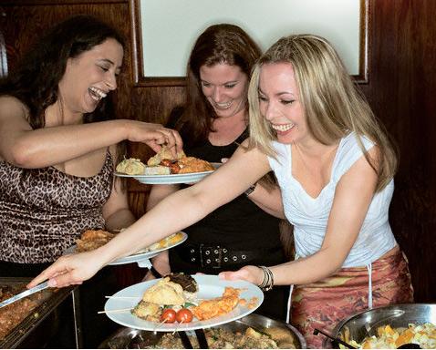 Фото №1 - 7 психологических приемов, которые помогут вам не объесться в праздники